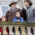 """Le prince Henrik de Danemark et ses petits-enfants la princesse Athena, le prince Henrik et le prince Nikolai au balcon du palais de l'Eremitage, à Klampenborg (nord de Copenhague) le 6 novembre 2016, lors de la Chasse Hubertus (""""Hubertusjagt"""")."""