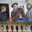 """Le prince Henrik de Danemark et ses petits-enfants le prince Felix, la princesse Athena, le prince Henrik et le prince Nikolai au balcon du palais de l'Eremitage, à Klampenborg (nord de Copenhague) le 6 novembre 2016, lors de la Chasse Hubertus (""""Hubertusjagt"""")."""