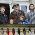 """Le prince Henrik de Danemark avec ses petits-enfants le prince Felix, la princesse Athena, le prince Henrik et le prince Nikolai au balcon du palais de l'Eremitage, à Klampenborg (nord de Copenhague) le 6 novembre 2016, lors de la Chasse Hubertus (""""Hubertusjagt"""")."""