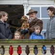 """Le prince Henrik de Danemark était avec ses petits-enfants le prince Felix, la princesse Athena, le prince Henrik et le prince Nikolai au balcon du palais de l'Eremitage, à Klampenborg (nord de Copenhague) le 6 novembre 2016, lors de la Chasse Hubertus (""""Hubertusjagt"""")."""