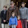 Le prince Henrik de Danemark a accueilli avec ses petits-enfants le prince Felix, la princesse Athena, le prince Henrik et le prince Nikolai les vainqueurs de la Chasse Hubertus sur le perron du palais de l'Eremitage, à Klampenborg (nord de Copenhague) le 6 novembre 2016.