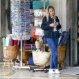 """Gabriel-Kane Day-Lewis (fils de Daniel Day-Lewis et d'Isabelle Adjani) vit sur un petit nuage avec sa nouvelle compagne la mannequin allemande Elena Carrière (fille de l'acteur allemand Mathieu Carrière). Le jeune couple se balade sous la pluie, fait du shopping et s'embrasse tendrement à la terrasse d'un snack-bar """"Alagoa"""" à Faro au Portugal, le 25 octobre 2016."""