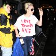 Lady Gaga porte un t-shirt 'Love Trumps Hate' à la sortie d'un immeuble à New York, le 9 novembre 2016