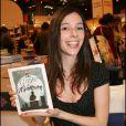"""Lolita Sechan et son premier livre """"Les cendres de maman"""" en 2007."""