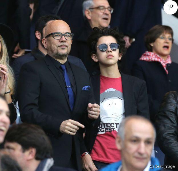 Pascal Obispo et son fils Sean et sa femme Julie Hantson et Michaël Youn et sa fille Seven - People au match de football PSG-Nantes (4 à 0) au Parc des Princes le 14 mai 2016