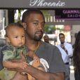 Kim Kardashian et son mari Kanye West dans les rues de New York avec leurs enfants North et Saint dans les bras, le 29 août 2016