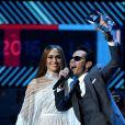 """Marc Anthony recevant des mains de Jennifer Lopez le trophée """"personnalité de l'année"""" lors de la 17e édition des Latin Grammy Awards au T-Mobile Arena à Las Vegas le 17 novembre 2016"""