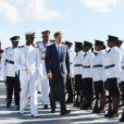 Le prince Harry inspecte la garde d'honneur à son arrivée à l'aéroport international V.C.Bird à Antigua, à l'occasion de son voyage officiel de 15 jours dans les Caraïbes. Il est accueilli par le gouverneur général Rodney Williams et le premier ministre Gaston Browne. Le 20 novembre 2016  Prince Harry inspects a Guard of Honour on his arrival at V.C.Bird International Airport in Antigua at the start of his 15 day tour of the Caribbean.20/11/2016 - Antigua