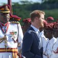 Le prince Harry inspecte la garde d'honneur à son arrivée à l'aéroport international V.C.Bird à Antigua, à l'occasion de son voyage officiel de 15 jours dans les Caraïbes. Il est accueilli par le gouverneur général Rodney Williams et le premier ministre Gaston Browne. Le 20 novembre 2016  Prince Harry arrived in Antigua on a british airways jet and was met by the governor general and prime minister of Antigua 20 November 2016.21/11/2016 - Antigua