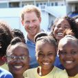 Le prince Harry rencontre des jeunes au stade de cricket Sir Vivian Richards pendant le festival des sports pour la jeunesse à Saint John's, le 21 novembre 2016 à l'occasion de son deuxième jour de son voyage officiel de 15 jours dans les Caraïbes?  Prince Harry meets a group of children as he attends a youth sports festival at the Sir Vivian Richards Stadium in North Sound, Antigua, on the second day of his tour of the Caribbean.21/11/2016 - North Sound