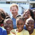 Le prince Harry participe au festival de sport de la jeunesse à Antigua-et-Barbuda au stade Sir Vivian Richards Stadium le 21 novembre 2016.  Prince Harry meets a group of children as he attends a youth sports festival at the Sir Vivian Richards Stadium in North Sound, Antigua, on the second day of his tour of the Caribbean.21/11/2016 - North Sound