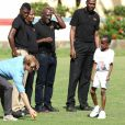 Le prince Harry en visite avec les célèbres joueurs de cricket Sir Viv Richards Sir Garfield Sobers et Curtley Ambrose lors d'un entraînement d'enfants au stade de cricket Sir Vivian Richards à Saint John's, le 21 novembre 2016 à l'occasion de son voyage officiel de 15 jours dans les Caraïbes.  Prince Harry joined West Indian and Antiguan cricketing greats Sir Viv Richards Sir Garfield Sobers and Curtley Ambrose at the Sir Vivian Richards Cricket Stadium in Saint John's on November 21, 2016 showcasing Antiguan and Barbuda's national sports and how they can empower and engage young people21/11/2016 - Saint John's