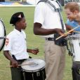 Le prince Harry rencontre des jeunes au stade de cricket Sir Vivian Richards pendant le festival des sports pour la jeunesse à Saint John's le 21 novembre 2016   Prince Harry meets members of a steel band as he attends a youth sports festival at the Sir Vivian Richards Stadium in North Sound, Antigua, on the second day of his tour of the Caribbean. In St Johns on november 21, 201621/11/2016 - St Johns