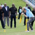 Le prince Harry rencontre des jeunes au stade de cricket Sir Vivian Richards pendant le festival des sports pour la jeunesse à Saint John's le 21 novembre 2016   Prince Harry and cricketers Andy Roberts, Vivian Richards and Curtly Ambrose attend a youth sports festival at the Sir Vivian Richards Stadium in North Sound, Antigua, on the second day of his tour of the Caribbean. In St Johns on november 21, 201621/11/2016 - St Johns