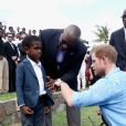 Le prince Harry rencontre des jeunes au stade de cricket Sir Vivian Richards pendant le festival des sports pour la jeunesse à Saint John's le 21 novembre 2016   Prince Harry attends a youth sports festival at the Sir Vivian Richards Stadium in North Sound, Antigua, on the second day of his tour of the Caribbean. In St Johns on november 21, 201621/11/2016 - St Johns