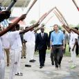 Le prince Harry rencontre des jeunes au stade de cricket Sir Vivian Richards pendant le festival des sports pour la jeunesse à Saint John's le 21 novembre 2016   Prince Harry is saluted by young cricket players as he attends a youth sports festival at the Sir Vivian Richards Stadium in North Sound, Antigua, on the second day of his tour of the Caribbean. In St Johns on november 21, 201621/11/2016 - St Johns