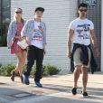 Exclusif - Joe Jonas, son petit frère Frankie et Blanda Eggenschwiler à West Hollywood, le 20 avril 2014.