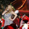 """Mariah Carey chante son tube de noël """"All I want for Xmas"""" sur le plateau de l'émission d'ABC """"Spécial Noël"""" à Disneyland. Los Angeles, le 16 novembre 2016."""