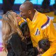 Kobe Bryant embrasse sa femme Vanessa avant un match des Lakers contre Oklahoma City Thunder au Staples Center de Los Angeles, le 19 novembre 2014.