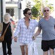 Exclusif - Janice Dickinson embrasse son fiancé Robert Gerner alors qu'ils font du shopping à Beverly Hills, le 13 août 2015.