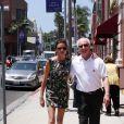 Janice Dickinson se promène avec un ami dans les rues de Beverly Hills. Le 15 juillet 2014