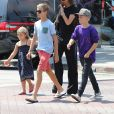 Exclusif - Victoria Beckham est allée déjeuner avec ses enfants Harper, Romeo, Cruz et Brooklyn au restaurant The Golden State à Los Angeles, le 21 août 2016.