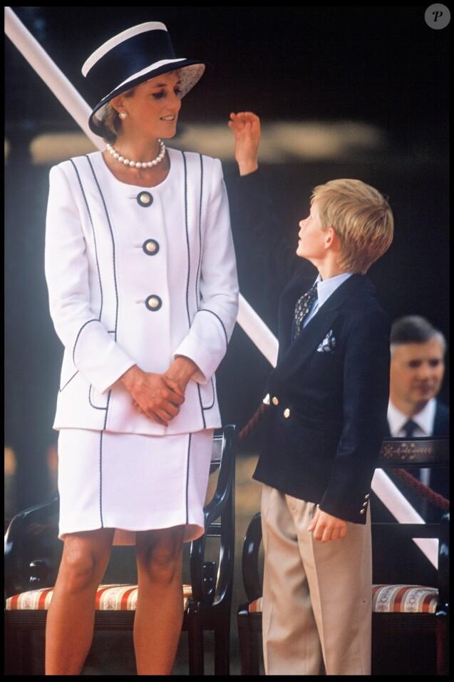 ARCHIVES - LA PRINCESSE LADY DIANA ET SON FILS LE PRINCE HARRY D'ANGLETERRE A LONDRES POUR LE 50EME ANNIVERSAIRE DE LA VICTOIRE DES ALLIES EN 1995