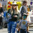 Hilary Duff emmène son fils Luca Comrie au Farmers Market à Studio City. Le petit Luca s'est fait maquiller le visage et a fait de l'escalade avec sa maman. Le 18 décembre 2016