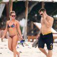 Exclusif - Hilary Duff profite d'une belle journée ensoleillée avec son compagnon Jason Walsh sur une plage de Puerto Vallarta au Mexique, le 11 novembre 2016