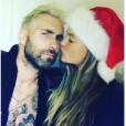 Behati Prinsloo et Adam Levine amouruex pour fêter Noël 2016. Photo postée sur Instagram le 25 décembre 2016.