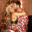 Elsa Pataky et Chris Hemsworth amoureux pour fêter Noël 2016. Photo postée sur Instagram le 25 décembre 2016.