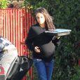 Exclusif - Mila Kunis enceinte et son mari Ashton Kutcher se baladent avec leur fille Wyatt dans les rues de Studio City, le 23 novembre 2016