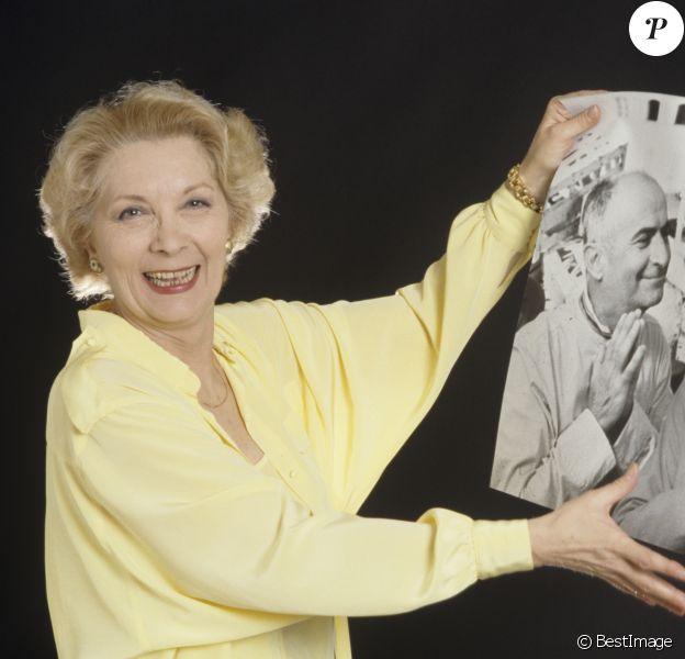 Archives - Claude Gensac posa une photo d'elle et de Louis Funès à Paris en 1988