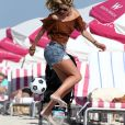 Doutzen Kroes, son mari Sunnery James et leurs enfants Phyllon et Myllena jouent au football et profitent du soleil sur la plage de Miami, le 1er janvier 2017.
