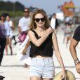 Heather Graham et son compagnon Tommy Alastra se relaxent sur une plage de Miami le 31 décembre 2016