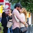 Exclusif - Heather Graham et son petit ami Tommy Alastra s'embrassent et se câlinent dans les rues de New York, le 26 septembre 2016
