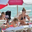 Doutzen Kroes et ses enfants Phyllon et Myllena s'amusent sur la plage de Miami. Le 3 janvier 2017.