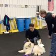 CJ Salvador reçoit un diplôme après avoir passé plusieurs cours d'éducation avec son chien Todd. Photo publiée sur sa page Instagram au mois de décembre 2016