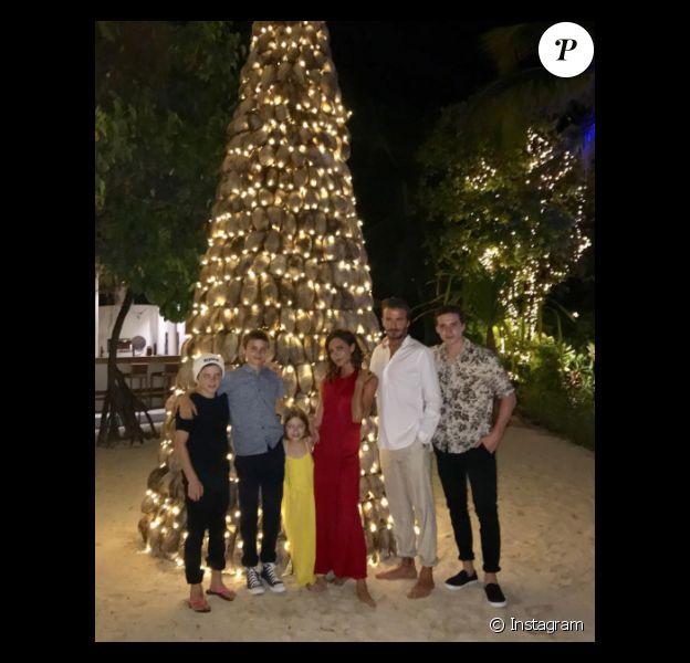 Victoria et David Beckham posant avec leurs enfants le 1er janvier 2017 aux Maldives