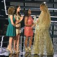 """Beyoncé reçoit le Best Video Award de Madison Kocian, Aly Raisman, Simone Biles et Laurie Hernandez aux 2016 MTV Video Music Awards, au Madison Square Garden. New York, le 28 août 2016."""