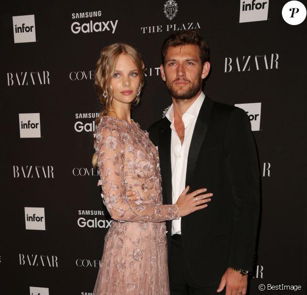 """Alex Pettyfer et sa petite-amie Marloes Horst à la Soirée """"Harper's Bazaar Icons"""" à l'hôtel Plaza à New York, le 16 septembre 2015."""