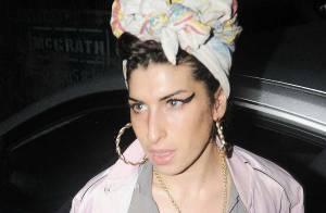 VIDEO + PHOTOS : Amy Winehouse, après le bain de soleil topless, voici sa tenue du soir : le filet de pêche !