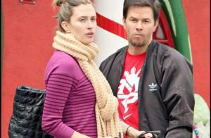 PHOTOS : Mark Wahlberg... shopping de Noël avec sa compagne et ses très beaux enfants !