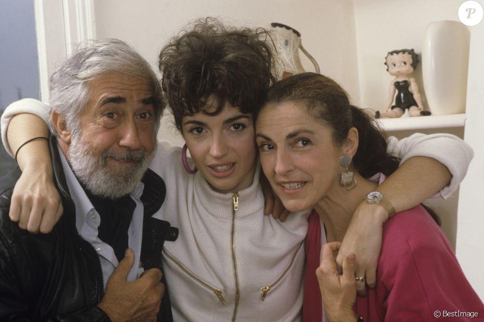 Archives - En France, à Paris, Zabou Breitman chez elle entourée de ses parents Jean-Claude Deret et Céline Léger en septembre 1986.