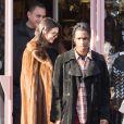 Kendall Jenner et A$AP Rocky entourés de leur groupe d'amis au marché aux Puces de Saint-Ouen le 22 janvier 2017