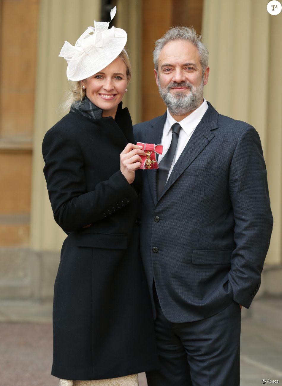 Alison Balsom, accompagnée de Sam Mendes, faite officier dans l'ordre de l'Empire britannique par le prince Charles au cours d'une cérémonie organisée à Buckingham Palace, Londres, le 18 novembre 2016.