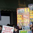 Les militants anti-fourrure huent Katherine Jenkins qui a inauguré les soldes chez Harrods en compagnie de Mohamed Al-Fayed