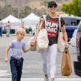 L'ex femme de Robin Thicke Paula Patton fait ses coures avec son fils Julian Thicke à Malibu le 15 mai 2016. © CPA / Bestimage