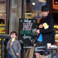 Exclusif - Orlando Bloom emmène son fils Flynn manger une glace à Malibu, le 26 mai 2016