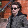 Exclusif - Kristen Stewart et sa compagne Stella Maxwell se baladent dans les rues de Savannah en Georgie. Le couple est allé jouer au billard dans un bar la veille et Kristen est tombée d'un mur où elle était assise et s'est fait un œil au beurre noir et des égratignures aux genoux! Le 14 décembre 2016